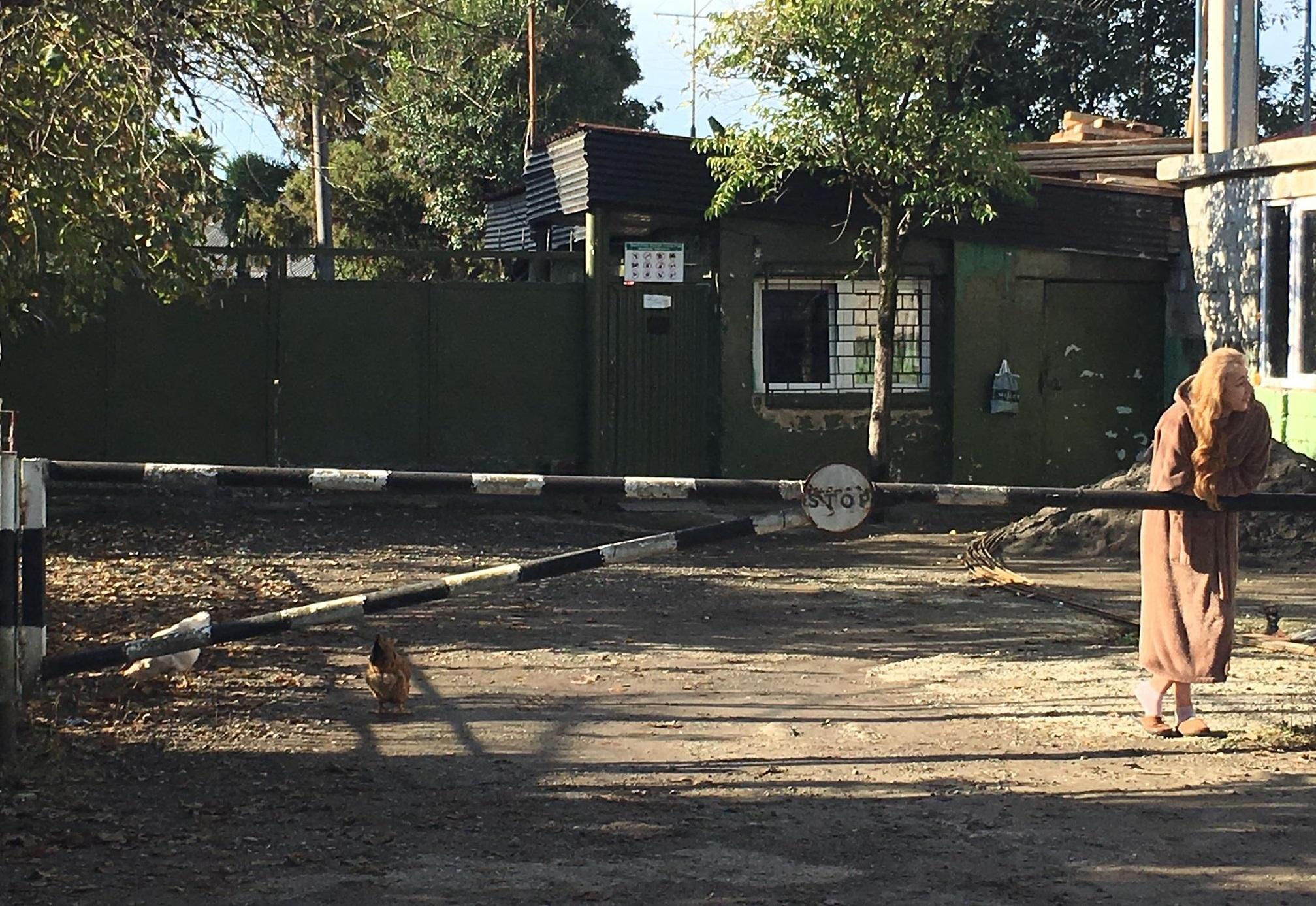 ბათუმის მერის მოსვლამდე არ დავიშლებით - სამხედრო ბაზის შენობასთანსამი ოჯახი რჩება