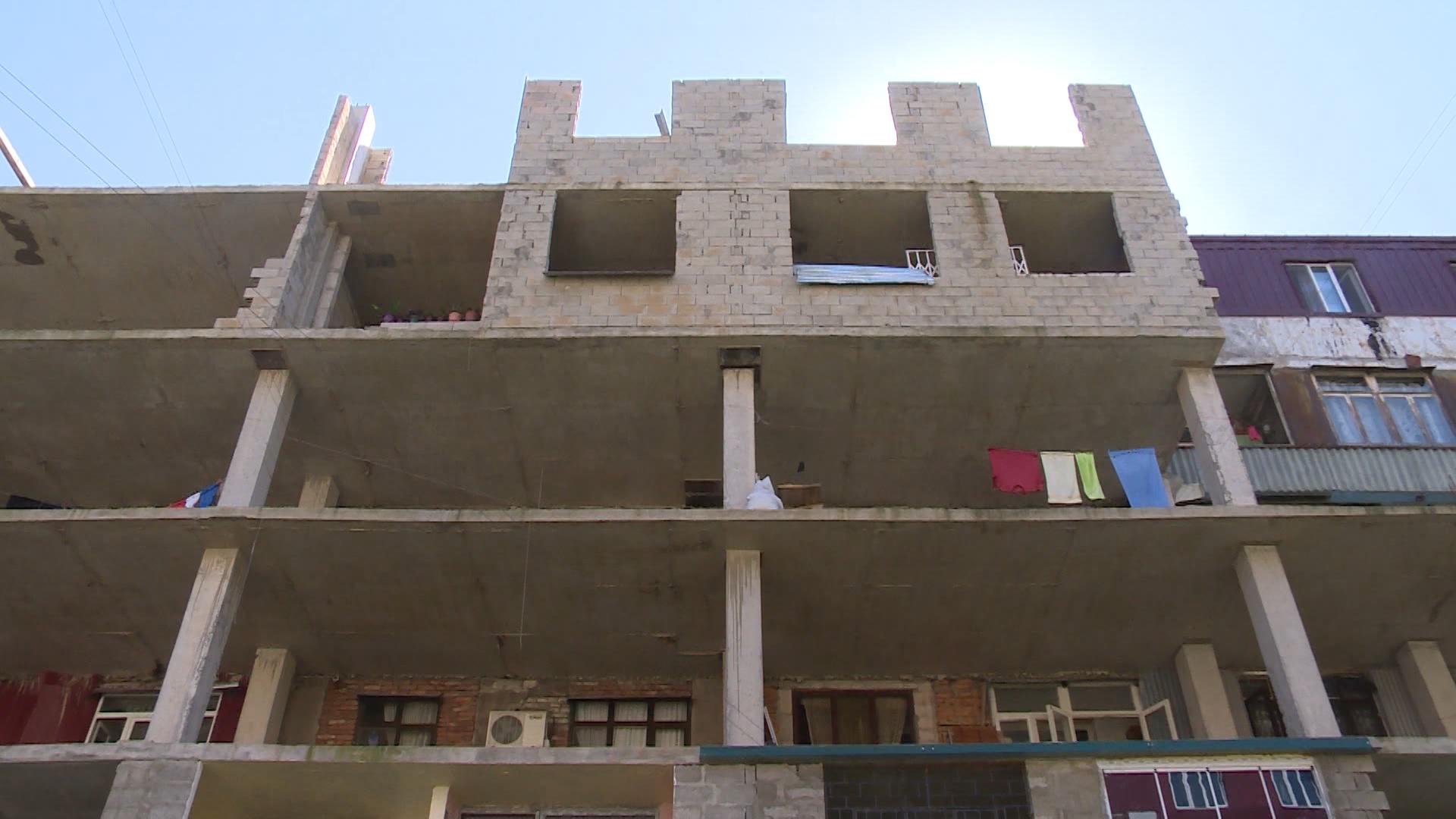 მიშენებების გამო საცხოვრებელი სახლი იშლება