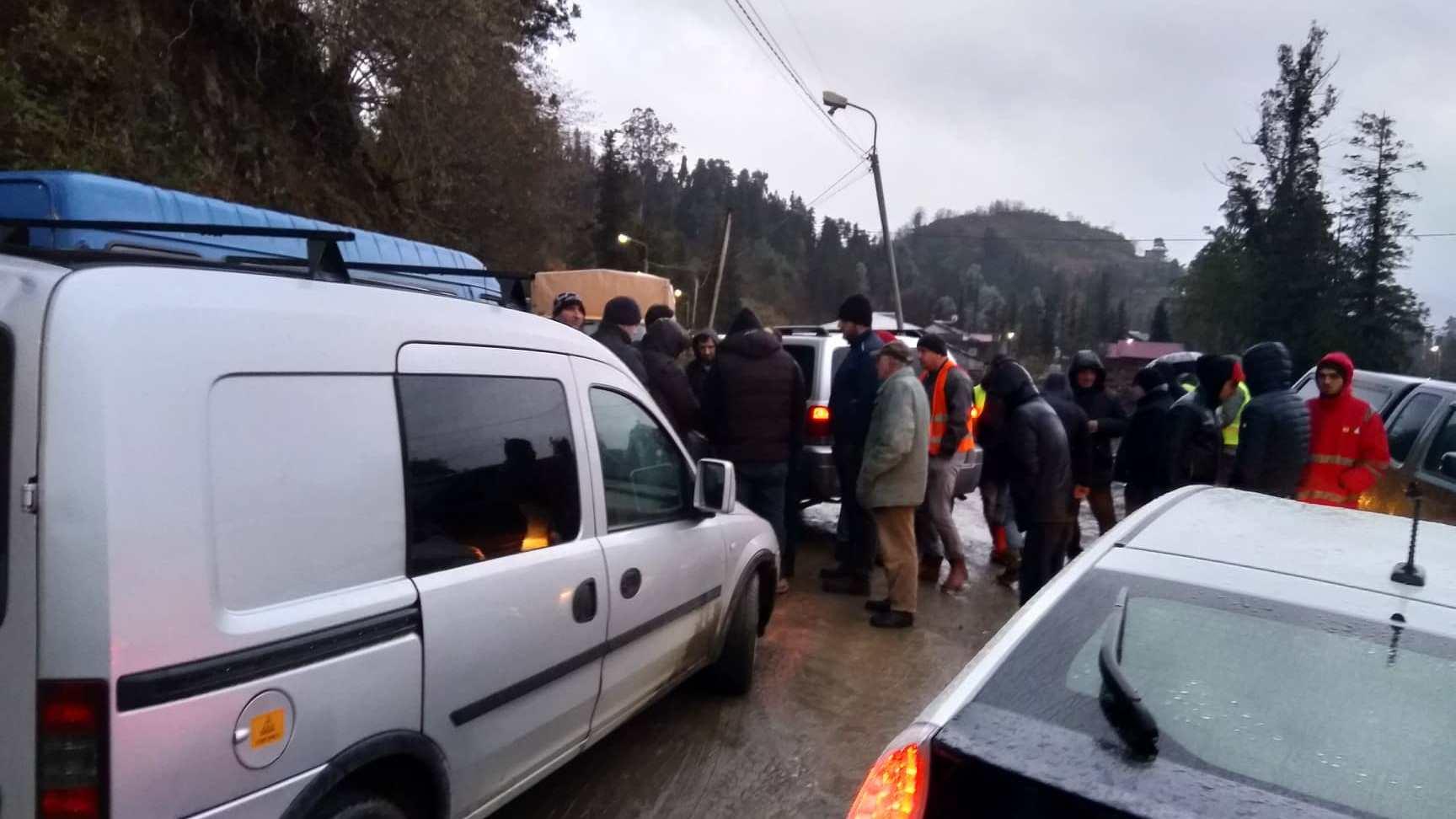 სოფლის გზის დაზიანებისთვის ავტობანის მშენებლებს მოქალაქეებმა გზა ჩაუხერგეს