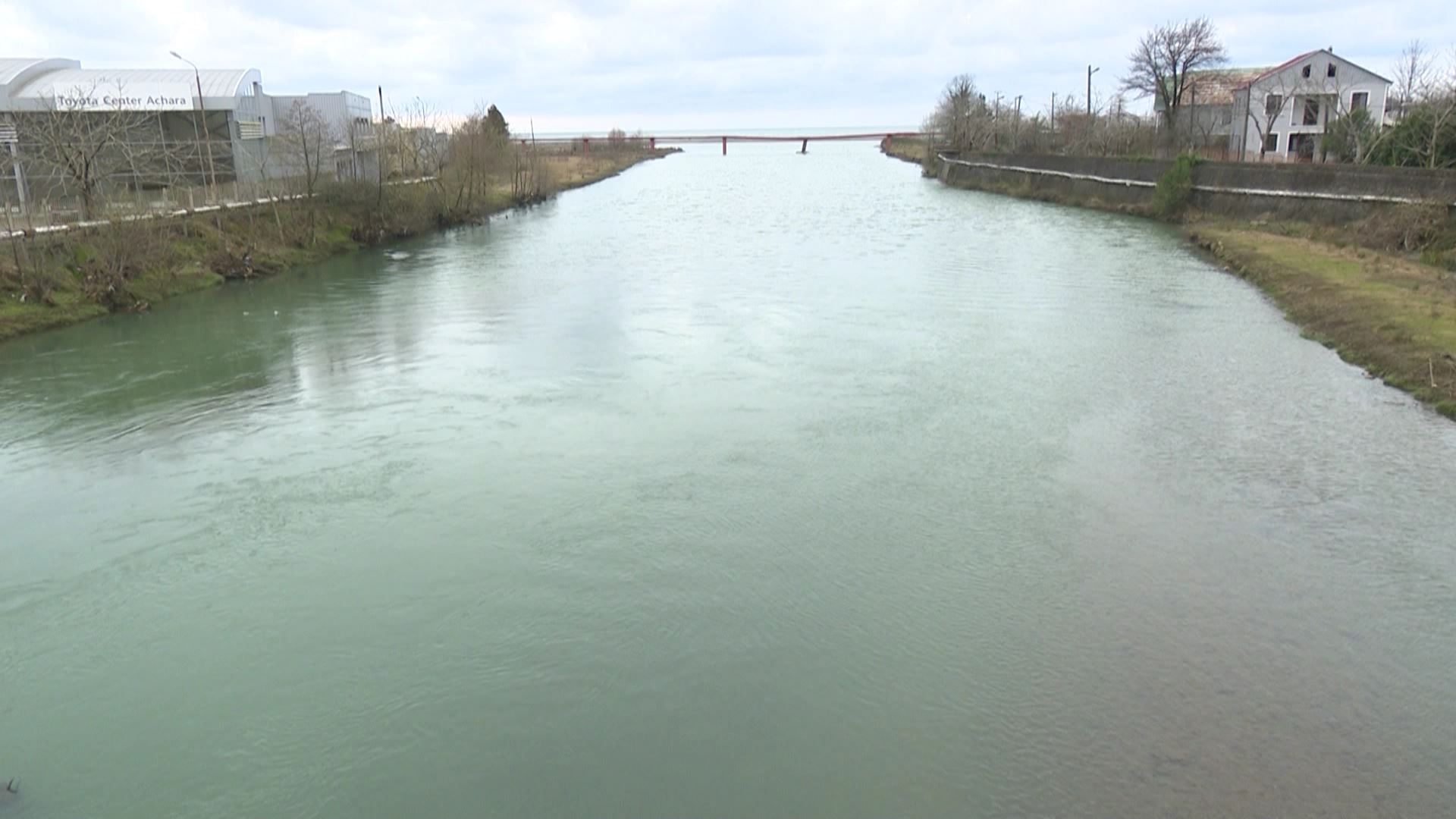 ქობულეთში მდინარეებზე მოტივტივე ნარჩენებს სპეციალური ბადეები რამდენიმე თვეა ვეღარ აკავებს