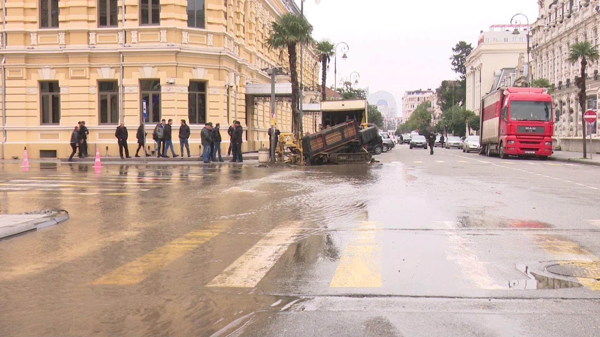დატბორილი ქუჩები -სამუშაოების დროს წყლის მილი დაზიანდა