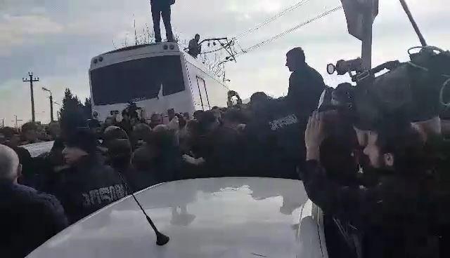 აქციის მონაწილეები და ოპოზიციის ლიდერები პოლიციის კორდონის გარღვევას ცდილობენ