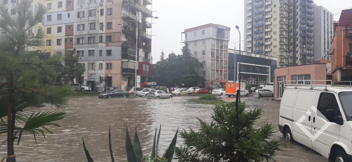 ინტენსიურმა წვიმამ ბათუმის ქუჩები დატბორა