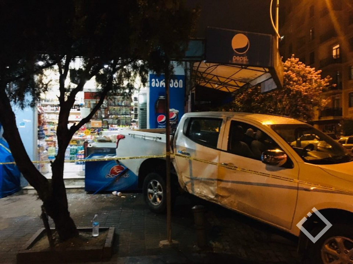 ავარია ბათუმში - ერთმანეთს ორი ავტომობილი შეეჯახა
