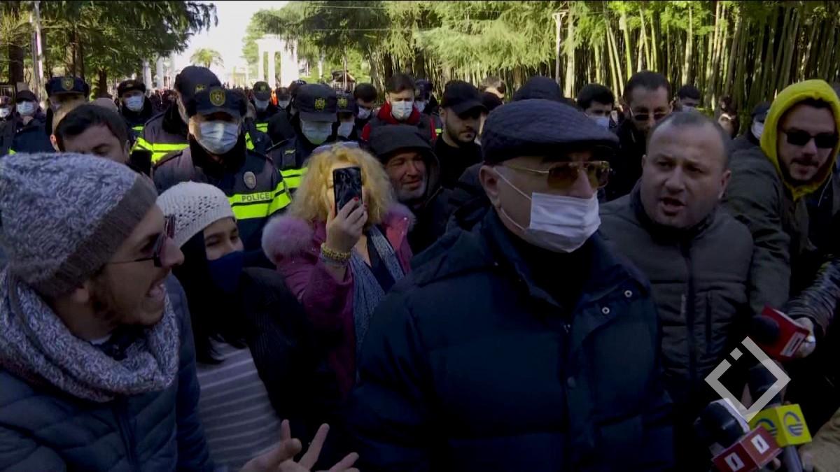 """ირაკლი ჩავლეიშვილს ბათუმის ბულვარში გამართულ აქციაზე მოძრაობა """"ალტერნატივას"""" წევრები დაუპირისპირდნენ"""